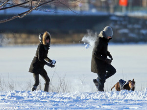 Gisele-Bundchen-Tom-Brady-Have-Snowball-Fight