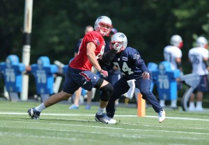 Rob Gronkowski vs Darrelle Revis (Photo By David Silverman)
