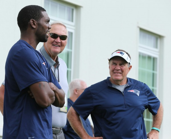 Randy Moss, former Patriots great WR, chats with Bill Belichick, and Jerry West. (Photo By: David Silverman)
