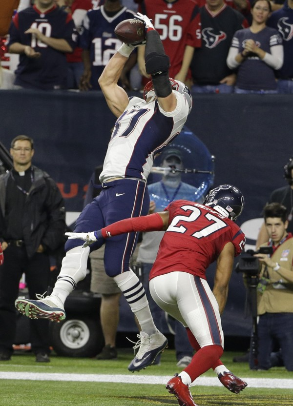 Gronk grabs a one yard touchdown. (Photo By: AP Photo/David J. Phillip)